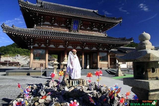 Những bức tượng Jiso được khoách áo và đặt những món quà ở trước