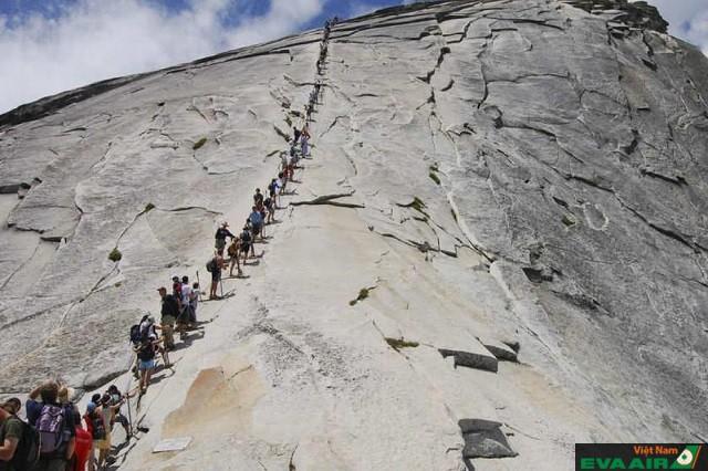 Tuy nguy hiểm nhưng vẫn có nhiều người tới Half Dome để khám phá