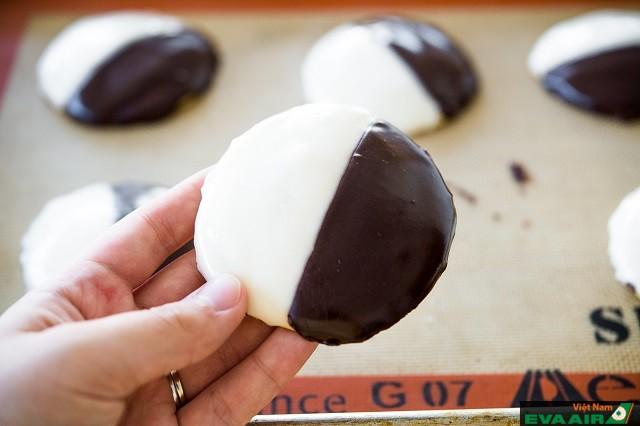 Bánh cookies đen trắng thích hợp cho bữa nhẹ hoặc bữa sáng