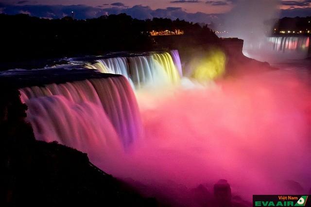 Rực rỡ, lung linh sắc màu trong Lễ hội ánh sáng mùa đông của thác Niagara