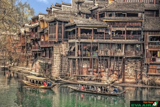 Phượng Hoàng cổ trấn là trấn cổ tuyệt đẹp được du khách ghé thăm nhiều nhất