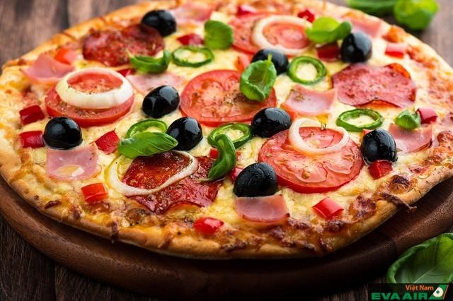 Pizza tại đây phong phú với các loại nhân đa dạng bọc thêm lớp phô mai béo ngậy