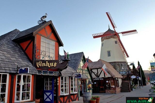 Solvang là thị trấn đẹp khiến du khách cứ ngỡ như lạc vào xứ sở Bắc Âu