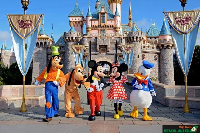Tokyo Disneyland với nhiều nhân vật hoạt hình nổi tiếng và ngộ nghĩnh