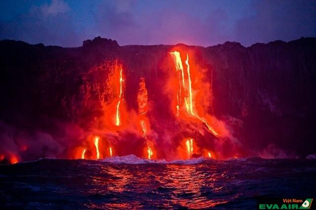 Vườn quốc gia núi lửa Hawaii khiến du khách thích thú khi được nhìn những dòng núi lửa phun trào