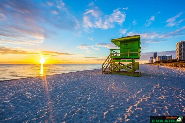 Bãi biển Miami có nét quyến rũ với làn nước trong xanh, mát lành