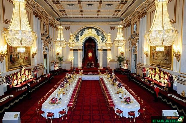 Hệ thống bóng đèn ở cung điện không chỉ thắp sáng mà còn là vật trang trí