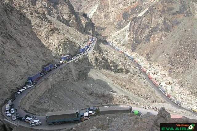 Nguy hiểm nhưng đoạn đường từ Jalalabad đến Kabul luôn có nhiều phương tiện di chuyển
