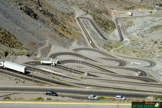 Los Caracoles là một đoạn đường uốn lượn nguy hiểm ở Chile