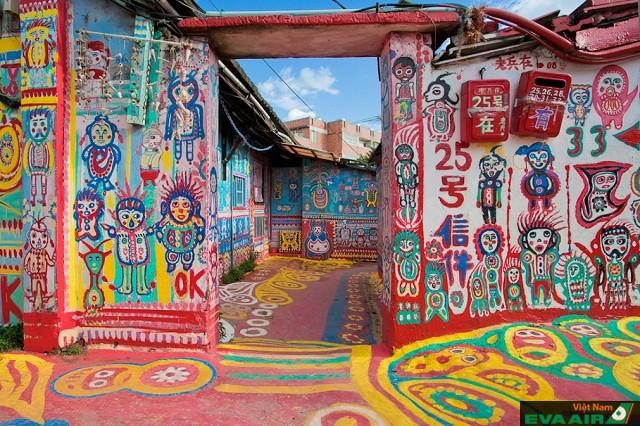 Mỗi cánh cửa, một bức tường, mỗi góc nhà ở làng là mỗi tác phẩm nghệ thuật