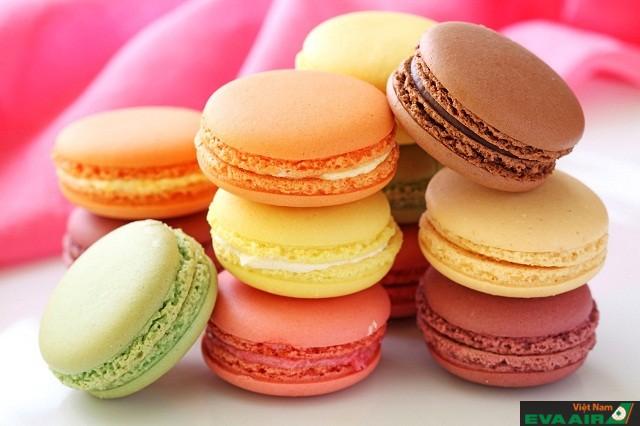 Chiếc bánh có hình tròn, màu sắc rực rỡ đẹp mắt mà còn hương vị quyến rũ