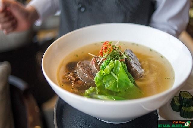 Sơi mì Regent Taipei vừa giòn vừa dai, thịt bò mỏng lát bản to mềm như tan trong miệng