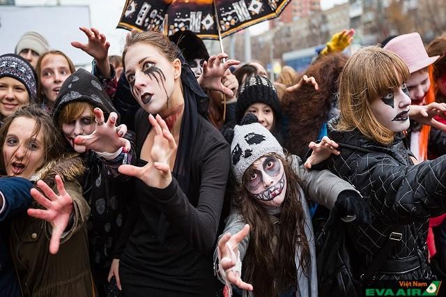 Nhiều người hóa trang thành các nhân vật đáng sợ trong lễ hội Halloween