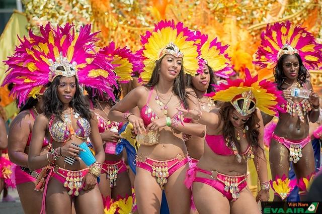 Các vũ công hóa trang lộng lẫy tham gia diễu hành trong lễ hội Caribana
