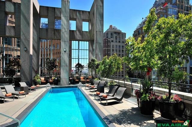 Khách sạn có hồ bơi ngoài trời tạo không gian thư giãn thoải mái cho mọi người