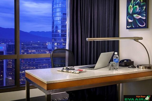 Bàn làm việc riêng cho mỗi phòng cũng có tầm nhìn tuyệt vời ra toàn thành phố