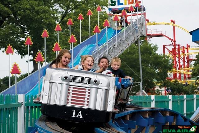 Trò chơi tàu lượn cho trẻ em trong công viên giải trí Playland