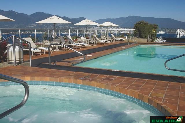 Khách sạn có hồ bơi ngoài trời để du khách có thể thư giãn