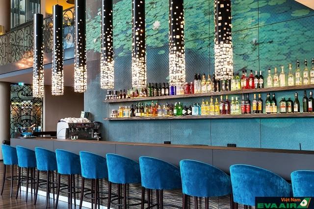 Quầy bar của khách sạn mang đến không gian thư giãn thoải mái cho mọi người